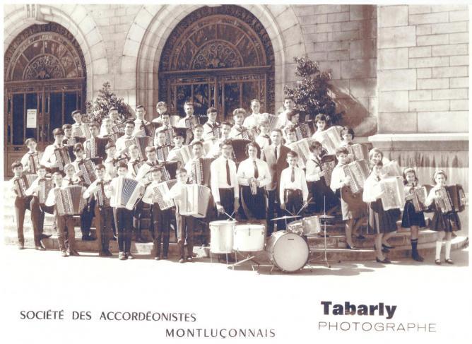 Photo de l'orchestre sur les marches de la Mairie de Montluçon